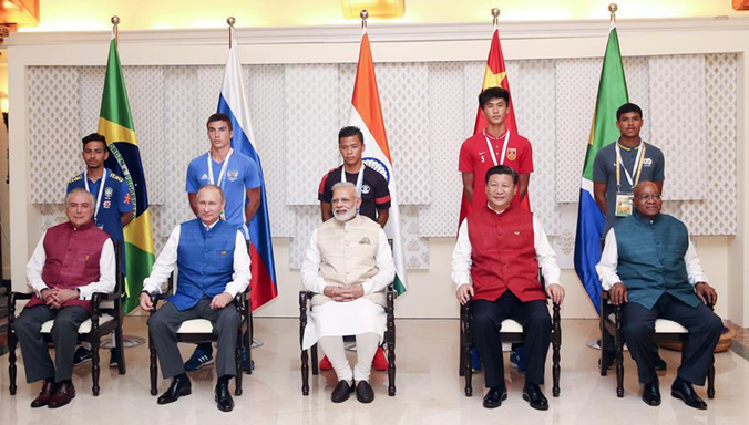 BRICS-Führungen nehmen an Gruppenfoto mit Kapitänen der Jugendfußballmannschaften der BRICS teil