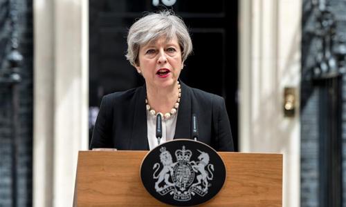 Theresa May hält nach Terroranschlag in Manchester vor den Medien eine Rede