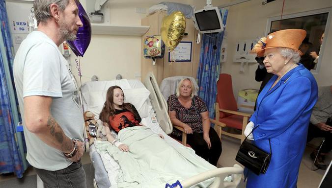 Queen Elisabeth II. besucht Opfer des Manchester Anschlags