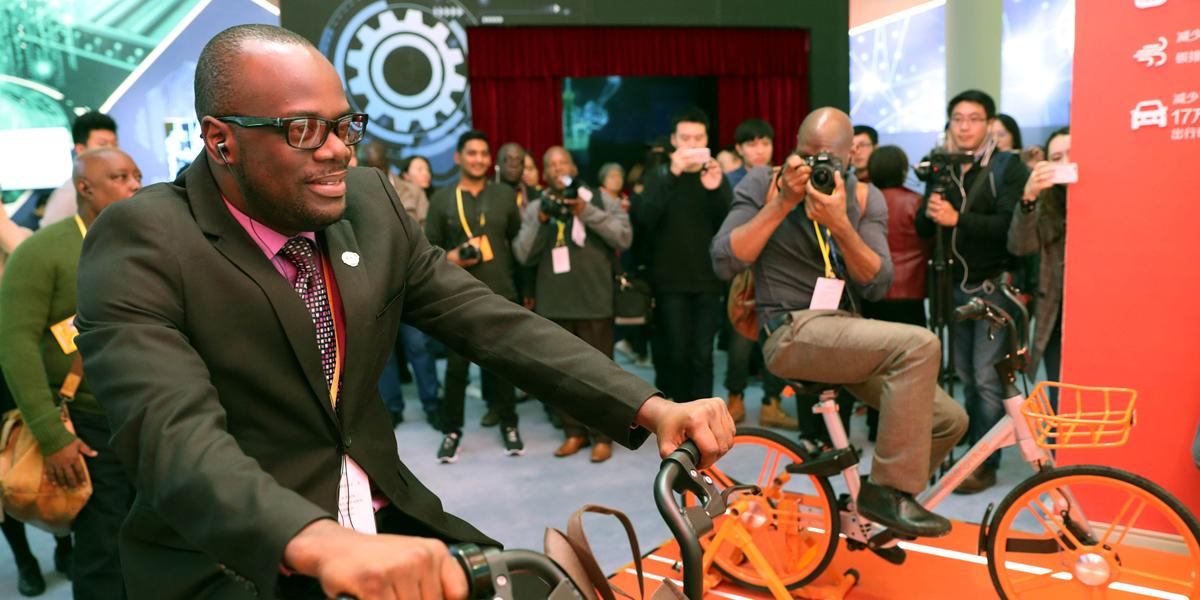 Ausländische Journalisten besuchen Ausstellung zu herausragenden Errungenschaften Chinas in den vergangenen fünf Jahren