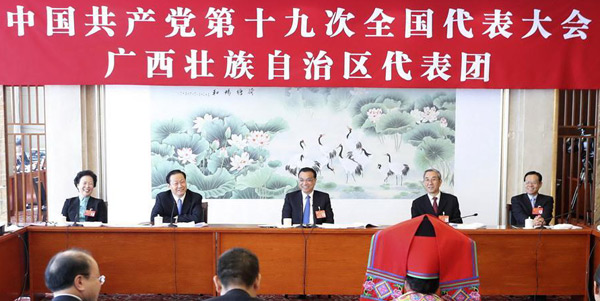 Li Keqiang nimmt an Podiumsdiskussion mit den Delegierten aus Guangxi teil