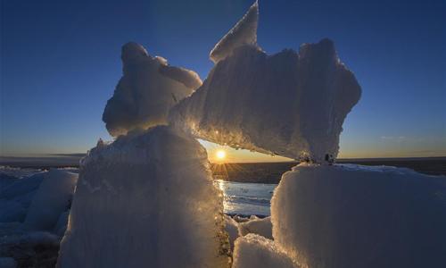 Eisberge am Ufer des Ulunggur-Sees in Xinjiang