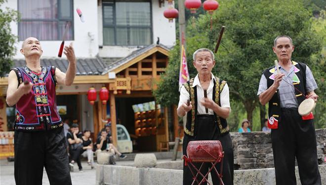 Volkskünstler in Zhangjiajie führen Sanbanggu auf