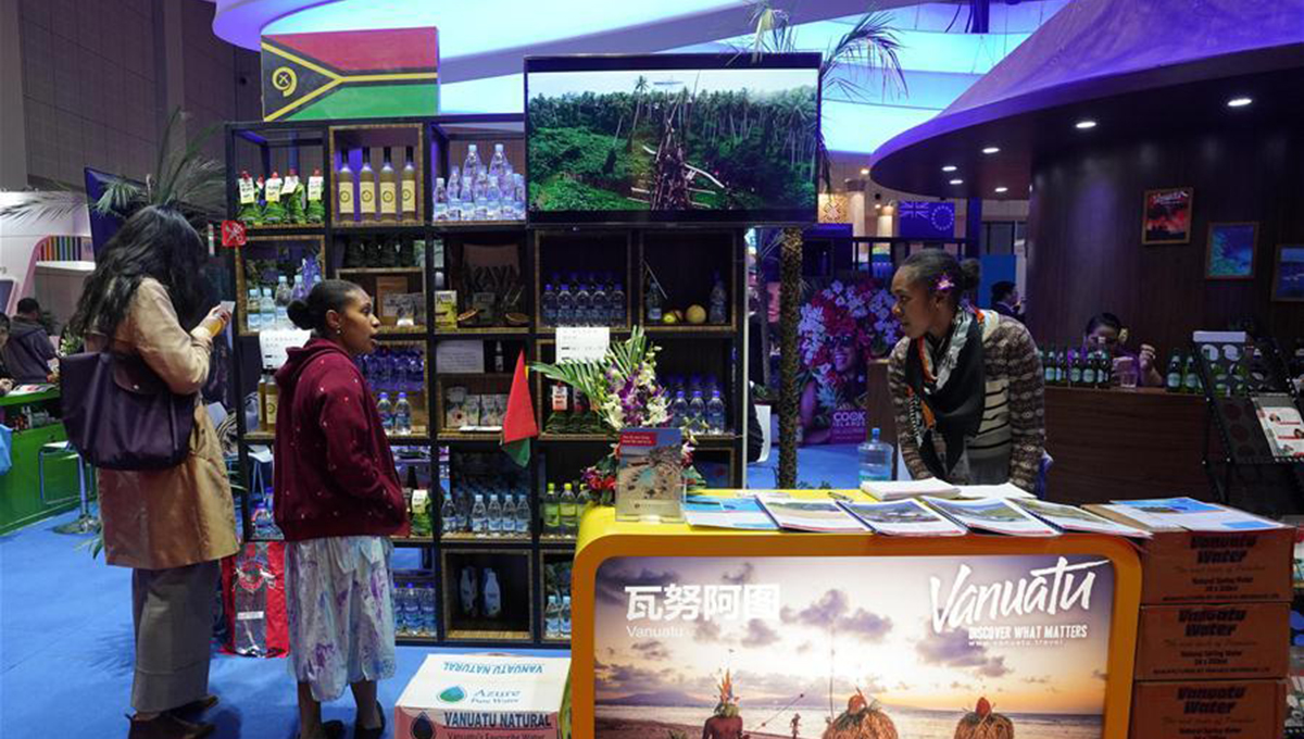 Leute besuchen Länderpavilion für Handel und Investitionen auf der CIIE