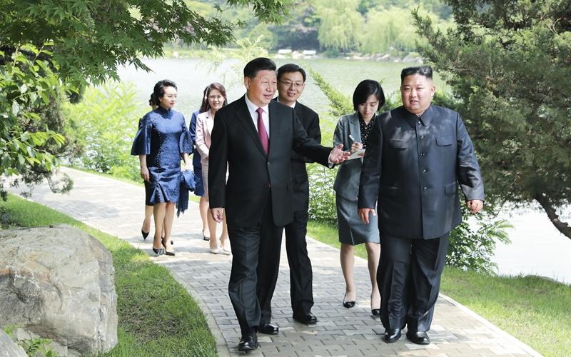 Xi Jinping macht Spaziergang mit Kim Jong-un vor Treffen