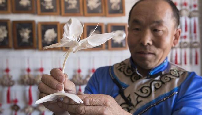 Menschen der ethnischen Gruppe Hezhe blicken ihrem Wohlstand entgegen