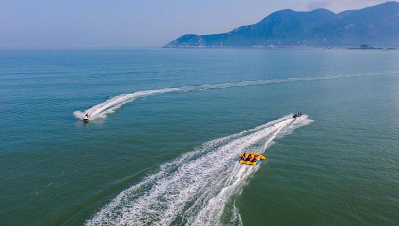Touristen genießen Zeit am Meer in Zhoushan von Chinas Zhejiang