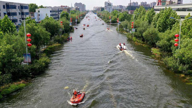 Rettungsarbeiten laufen im vom Hochwasser heimgesuchten Weihui in Chinas Henan