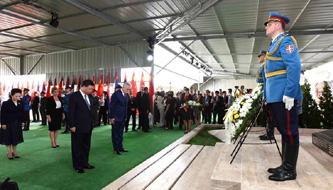 Xi erweist chinesischen Märtyrern, die bei der NATO-Bombadierung getötet wurden, Ehrerbietung