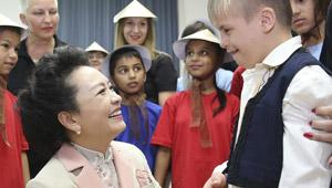 Peng Liyuan besucht die Grundschule Sava Jovanovic Sirogojno