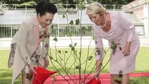 Peng Liyuan besucht Botanischen Garten in Belgrad