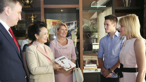 Peng Liyuan besucht Novak Tenniszentrum