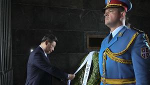 Xi Jinping legt am Denkmal von unbekannten Soldaten einen Kranz nieder