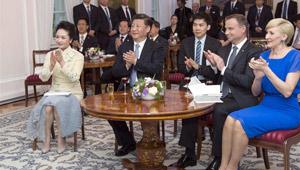 Xi Jinping bei einer polnischen Volkslied- und Volkstanzaufführung in Warschau