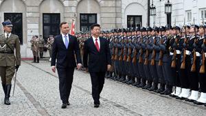 Xi Jinping nimmt an einer Willkommenszeremonie in Warschau teil