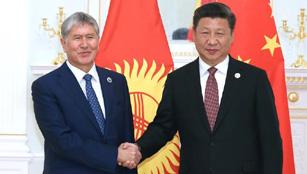 Xi trifft den kirgisischen Präsidenten Almasbek Atambajew in Usbekistan