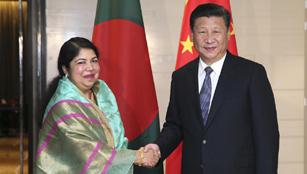 Xi trifft die Präsidentin der bangladeschischen Nationalversammlung Shirin Sharmin Chowdhury in Dhaka