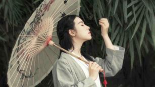 Traumhaftes Mädchen scheint aus einem Gemälde zu kommen
