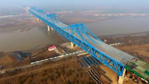 Eine Straßen- und Eisenbahnbrücke über dem Gelben Fluss im Bau in Jinnan