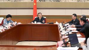 Li Keqiang hält über Symposium zur Meinungseinholung von Experten und Unternehmern über Entwurf eines jährlichen Arbeitsberichts der Regierung den Vorsitz