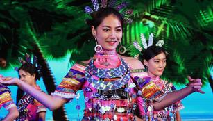 Volkskostüme der Li bei Abschlusszeremonie der 2017 Hainan International Tourism and Trade Fair in Sanya präsentiert