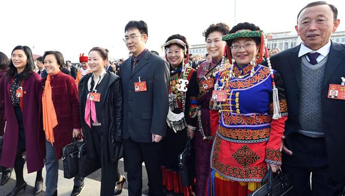 Vertreter des 12. NVK gehen zur Großen Halle des Volkes für fünfte Tagung des 12. NVK