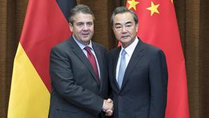 Wang Yi trifft deutschen Vizekanzler Gabriel in Beijing