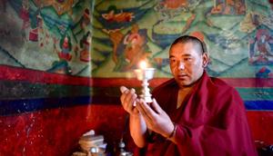Alltägliches Leben eines Lamas im Kloster Rongpu in Tibet