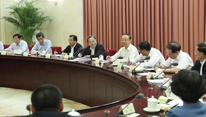 Yu Zhengsheng hält den Vorsitz über eine Sitzung zur Regulierung des Immobilienmarkt des Landes