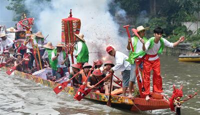 Volksaktivität zur Feier des Drachenbootfest in Guangzhou