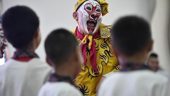Chinesisches Drama in Schule aufgeführt