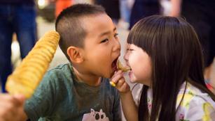 Leute genießen Leckereien auf Tongshun Lane Essen Straße