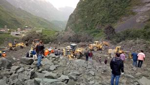 Etwa 100 Menschen bei Erdrutsch begraben