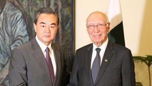 Wang Yi trifft pakistanischen Top-Berater für auswärtige Angelegenheiten in Islamabad
