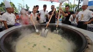 Touristen kochen Fischgerichte im Öko-Freizeit-Garten