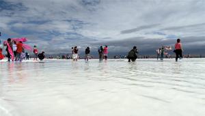 Tourismus-Hochsaison am Salzsee Caka im Sommer