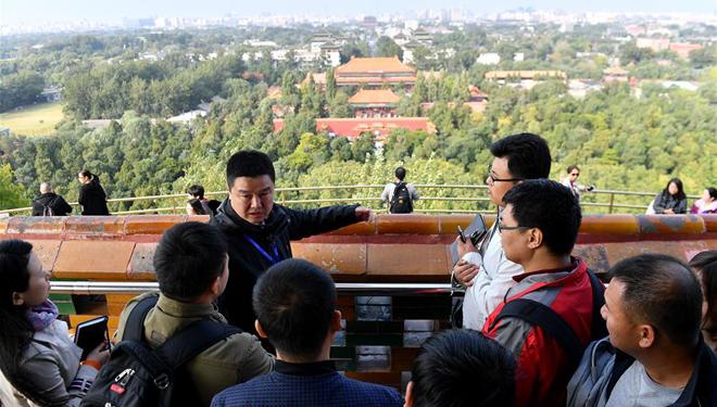 Journalisten für 19. Parteitag der KPCh besuchen die zentrale Achse von Beijing