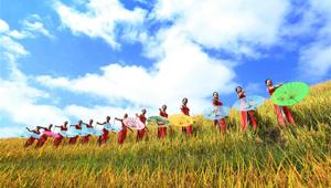Frauen präsentieren Cheongsam auf Terrassenfeld in Guangxi