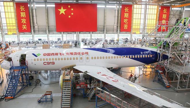 Arbeiter vollenden Lackierung für das Flugzeug C919
