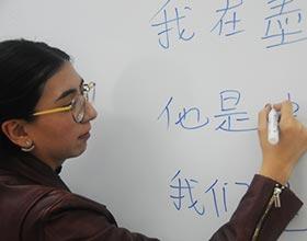 Aprendizaje de mandarín envuelve a profesora mexicana en cultura china