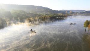 Tianquan-See vom Nebel verhüllt
