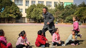 Ein Lehrer gibt den Schülern Unterricht trotz seiner Urämie