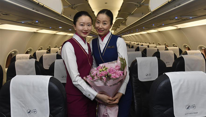 Tochter folgt Mutter als Flugbegleiterin in China Southern Airlines
