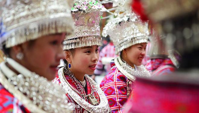 Menschen der ethnischen Gruppe der Miao feiern traditionelles Neujahrsfest