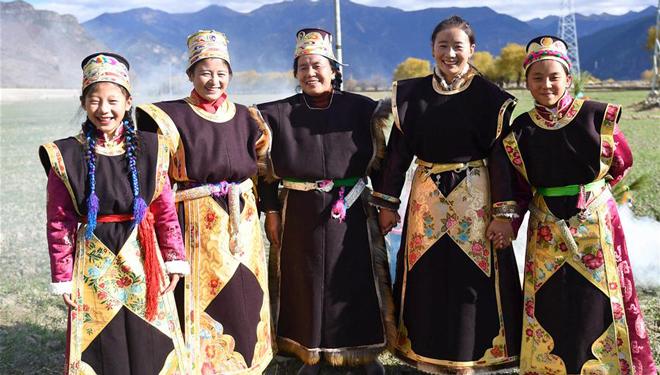Strahlende Kostüme und Ornamente in Nyingchi