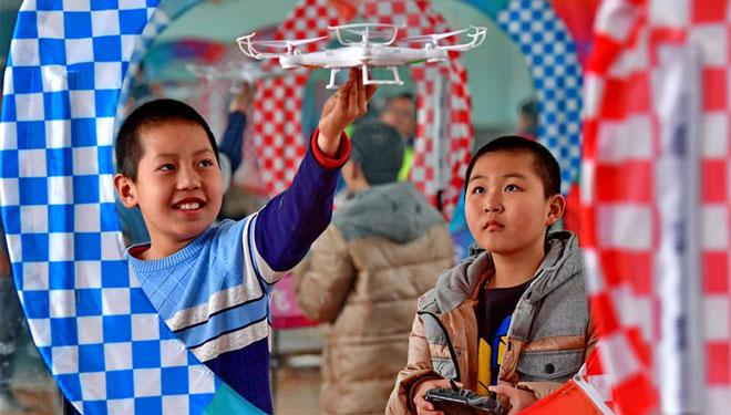 Schüler in Tangshan lernen, Drohnen zu bedienen