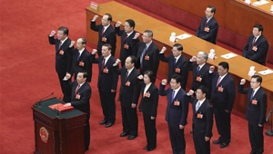 Neu gewählte Vize-Vorsitzende des Ständigen Ausschusses des 13. NVK leisten Treueeid auf die Verfassung