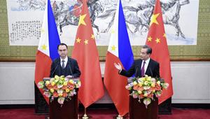 Wang Yi und philippinischer Außenminister Alan Peter Cayetano treffen die Presse in Beijing
