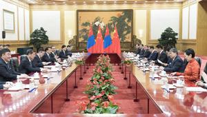 Li Keqiang hält mit dem mongolischen Premierminister Ukhnaa Khurelsukh Gespräche