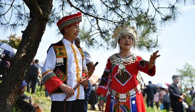 Gesangsparty der ethnischen Gruppe Dong veranstaltet